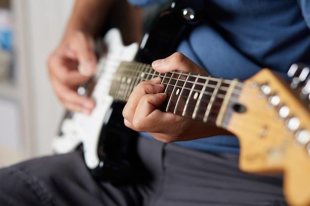 Mann, der gitarre spielt Premium Fotos
