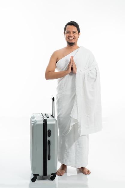 Mann, der ihram muslimische kleidung für hadsch und umrah trägt Premium Fotos
