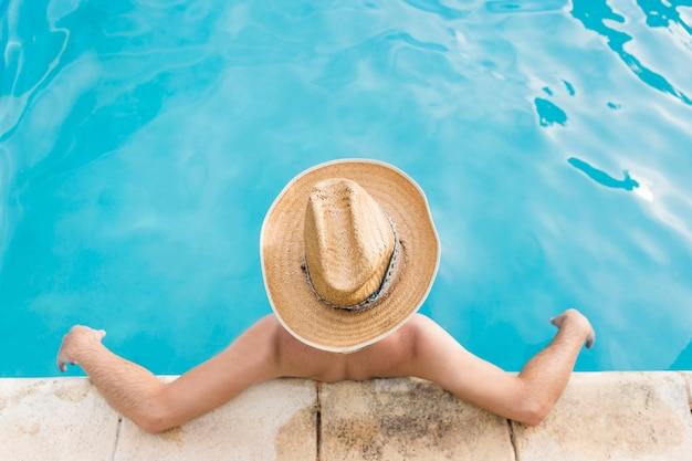Mann, der im schwimmbad stillsteht Kostenlose Fotos