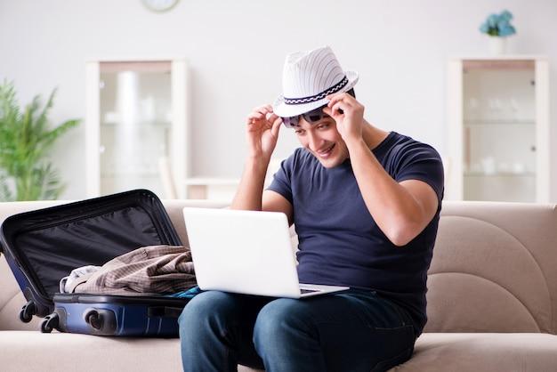 Mann, der im urlaub seinen koffer packend geht Premium Fotos