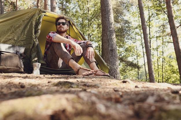 Mann, der im wald wandert Kostenlose Fotos