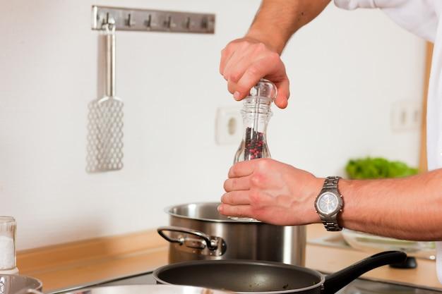 Mann, der in der küche kocht Premium Fotos