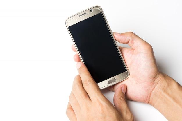 Mann, der intelligentes telefon auf schreibtisch und uhr auf weiß verwendet Premium Fotos