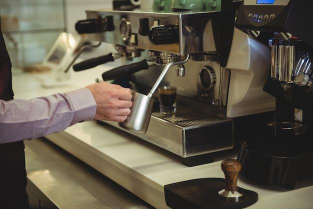 Mann, der kaffee im kaffeehaus vorbereitet Kostenlose Fotos