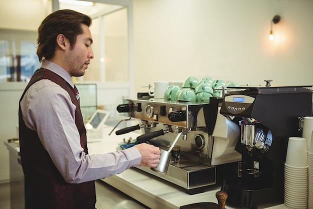 Mann, der kaffee in kaffeemaschine vorbereitet Kostenlose Fotos