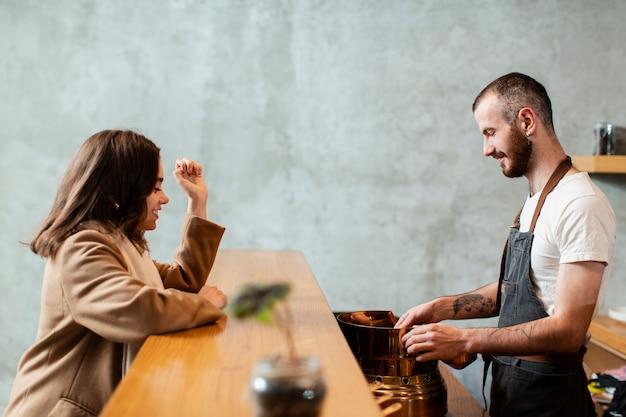 Mann, der kaffee zum kunden zubereitet Kostenlose Fotos