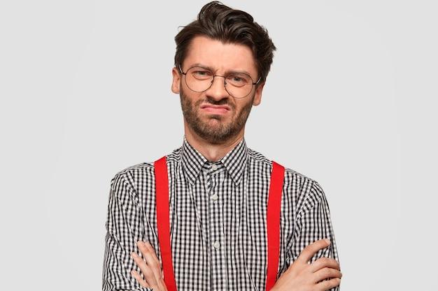 Mann, der kariertes hemd und rote hosenträger trägt Kostenlose Fotos