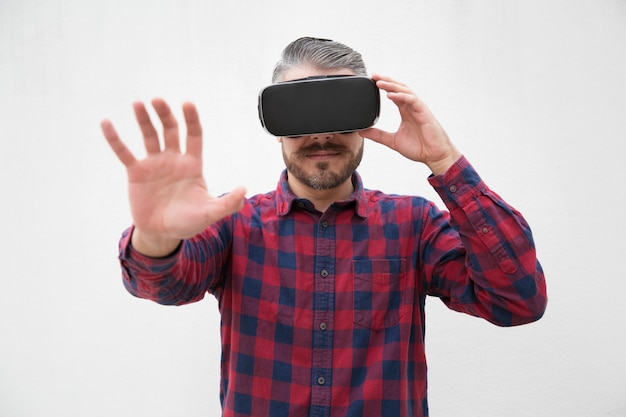 Mann, der kopfhörer der virtuellen realität verwendet Kostenlose Fotos