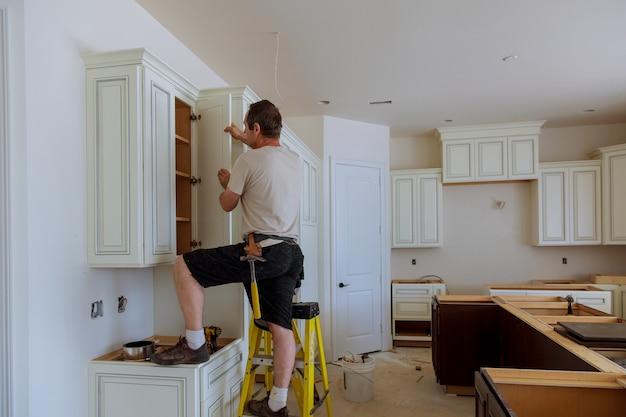 Mann, der küchenschranktür installiert Premium Fotos