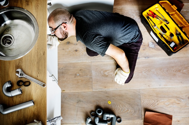 Mann, der küchenspüle repariert Kostenlose Fotos