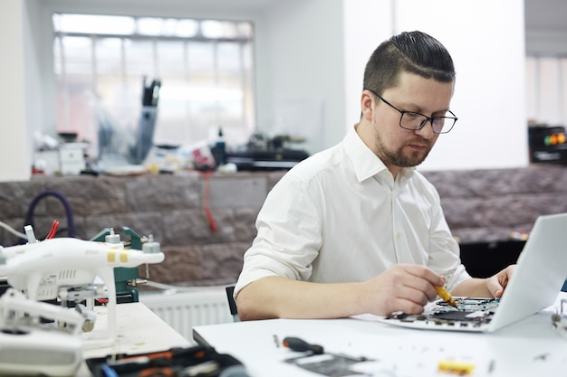 Mann, der mit elektronik arbeitet Kostenlose Fotos