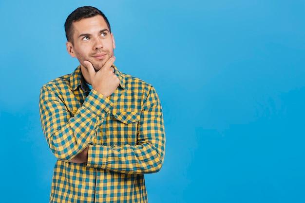 Mann, der mit kopienraum denkt Kostenlose Fotos