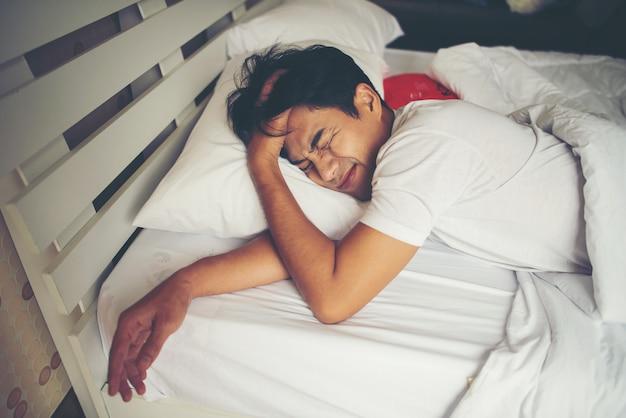 Mann, der morgens auf bett schläft Kostenlose Fotos