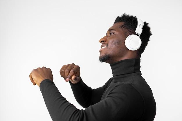 Mann, der musik auf kopfhörern hört Kostenlose Fotos