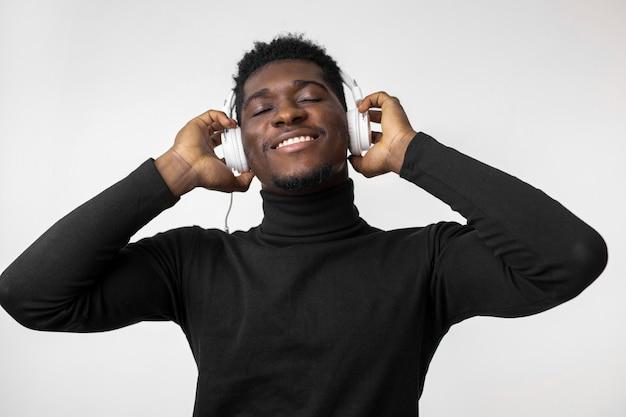 Mann, der musik über kopfhörern hört Premium Fotos