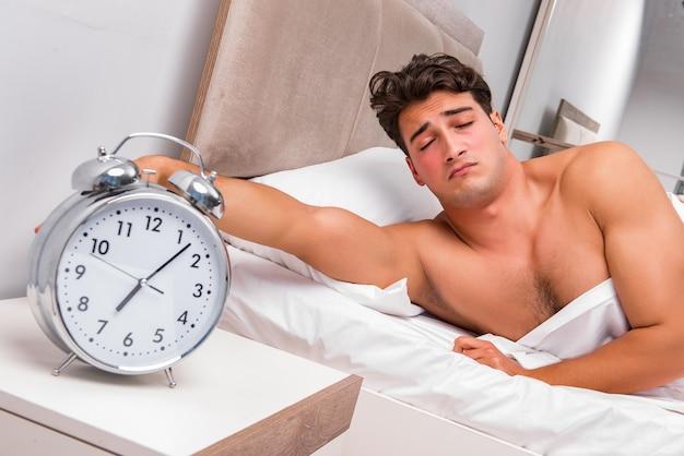 Mann, der probleme hat, morgens aufzuwachen Premium Fotos