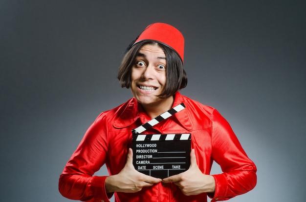 Mann, der roten fez-hut trägt Premium Fotos