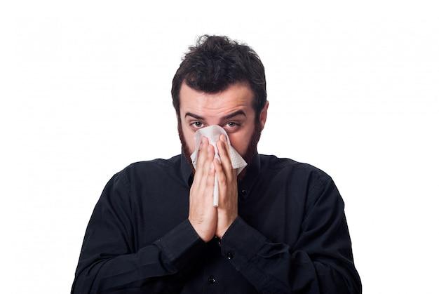 Mann, der seine nase in einem gewebe durchbrennt Premium Fotos