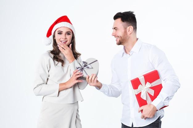 Mann, der seiner freundin ein geschenk gibt Premium Fotos