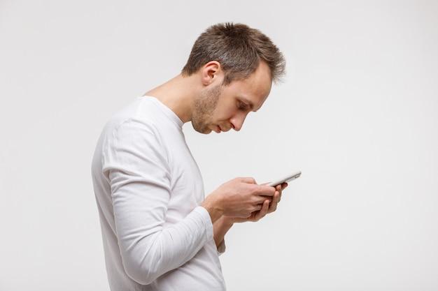 Mann, der smartphone mit skoliose sucht und benutzt, falsche haltung Premium Fotos