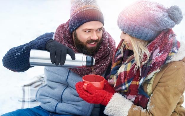 Mann, der tee mit seiner geliebten teilt Kostenlose Fotos