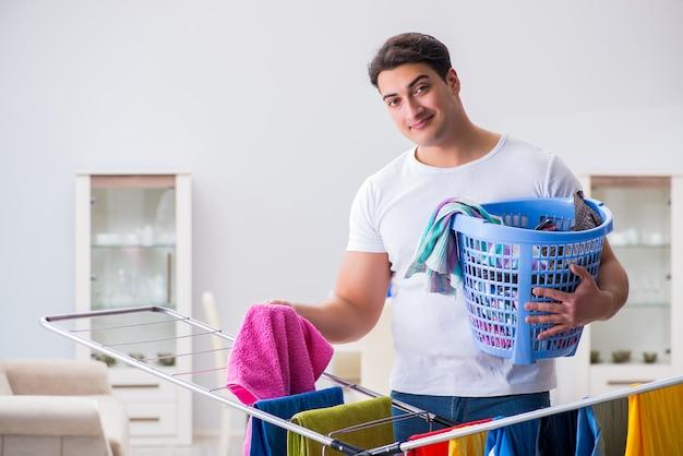 Mann, der zu hause wäscherei tut Premium Fotos