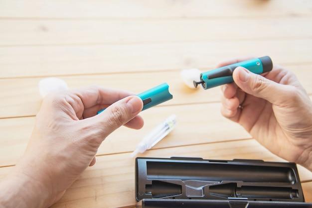 Mann, der zuckerkranke spritze des insulins für einspritzung vorbereitet Kostenlose Fotos