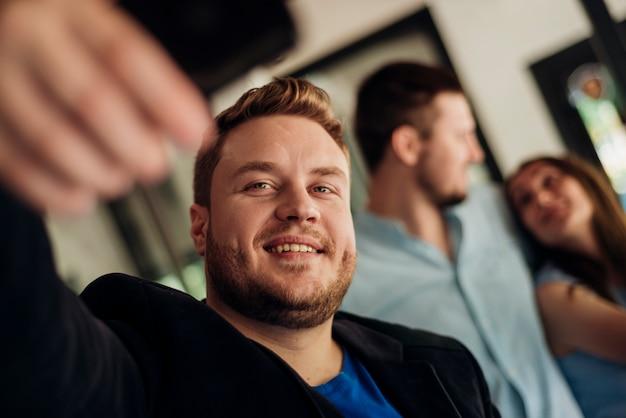 Mann, der zuhause selfie mit freunden nimmt Kostenlose Fotos