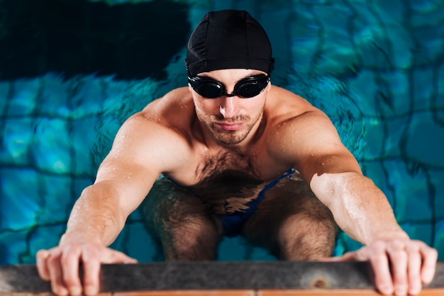 Mann des hohen winkels, der vom swimmingpool erlischt Kostenlose Fotos