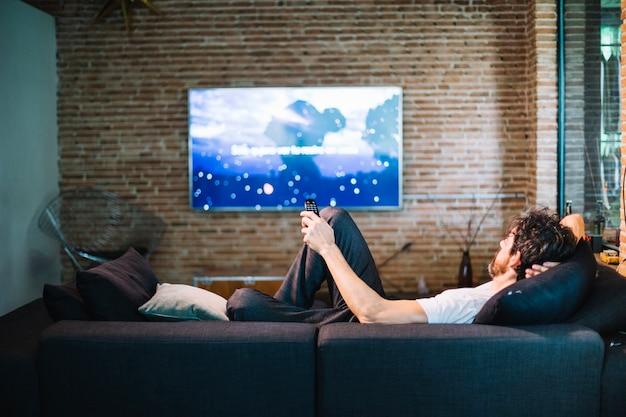 Mann entspannt auf dem sofa zu hause Kostenlose Fotos