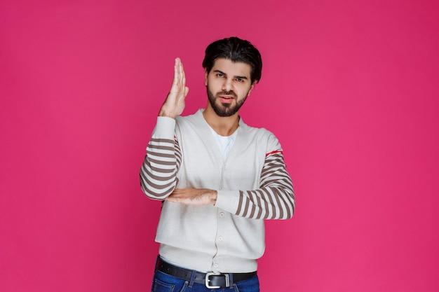 Mann erhebt seine hand und bittet um aufmerksamkeit. Kostenlose Fotos