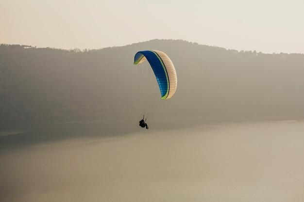 Mann fliegt mit gleitschirm. Premium Fotos