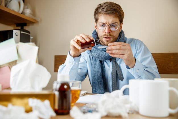 Mann fühlt sich krank und müde. mann mit tasse zu hause arbeiten, geschäftsmann erkältet, saisonale grippe. Kostenlose Fotos