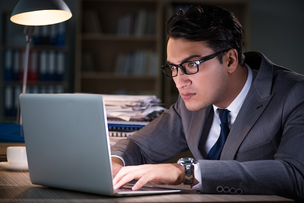 Mann für lange stunden im büro bleiben Premium Fotos