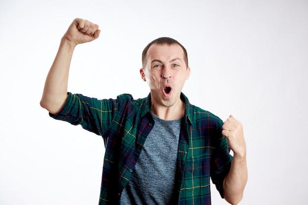 Mann gewann casino, gewann die lotterie, jubelte, glückspilz, gewann Premium Fotos