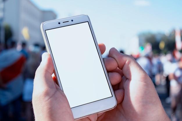 Mann hält ein smartphone in seinen händen Premium Fotos