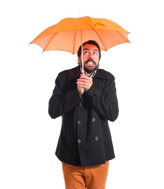 Mann hält einen regenschirm auf weißem hintergrund Kostenlose Fotos