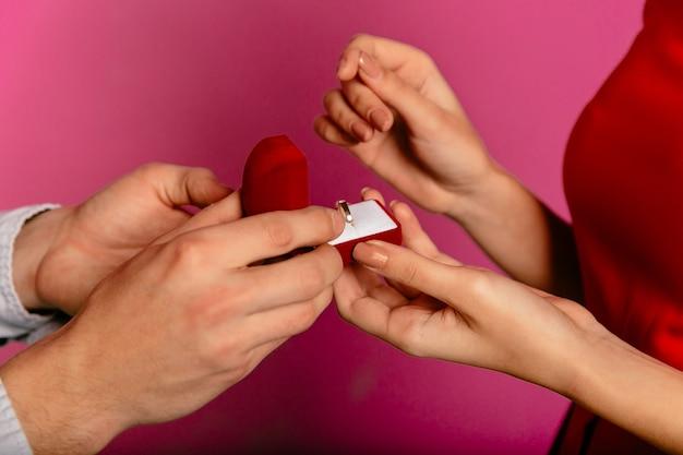Mann hält geschenkbox mit dem verlobungsring und geht, vorschlag zu seiner freundin zu machen Kostenlose Fotos