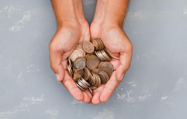 Mann hält münzen in der handfläche. Kostenlose Fotos