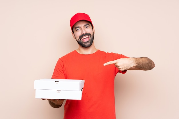 Mann hält pizzakartons Premium Fotos