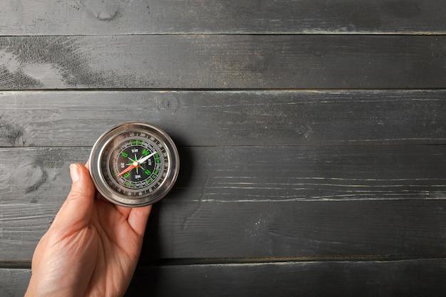 Mann-hand, die chrom-kompass hält Premium Fotos