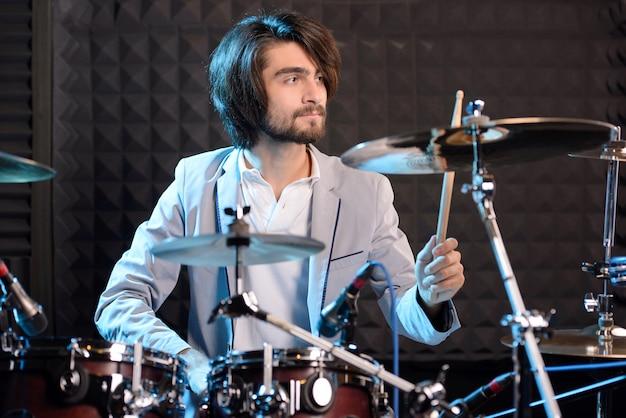 Mann hinter trommelartiger installation in einem tonstudio. Premium Fotos