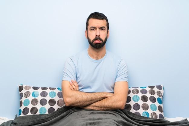 Mann im bett mit traurigem und deprimiertem ausdruck Premium Fotos