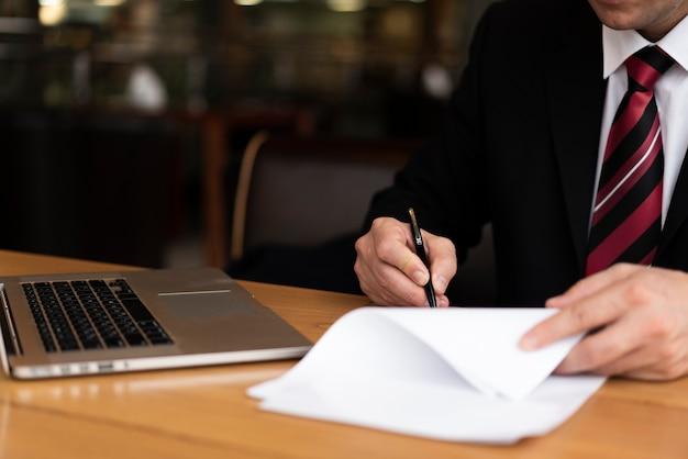 Mann im büroschreiben auf papier Kostenlose Fotos