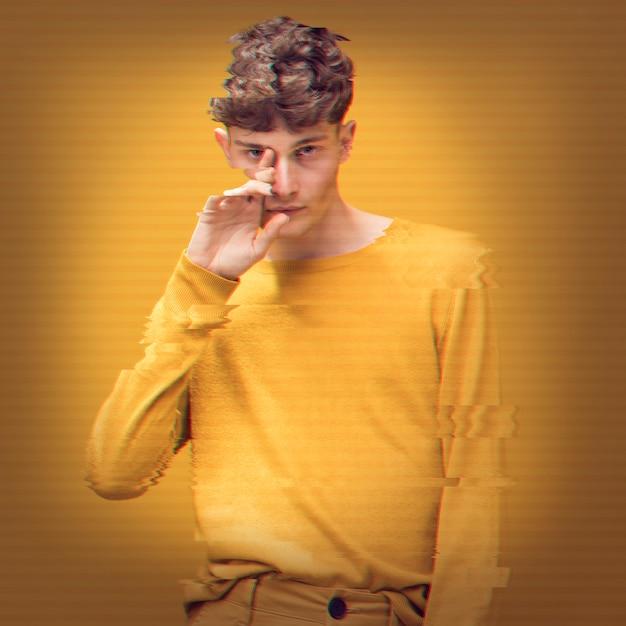 Mann im gelben pullover mit störschubeffekt Kostenlose Fotos