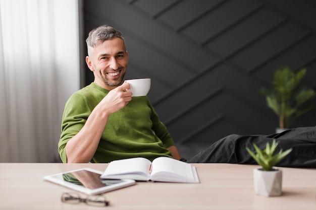 Mann im grünen hemd und im unscharfen hintergrund Kostenlose Fotos