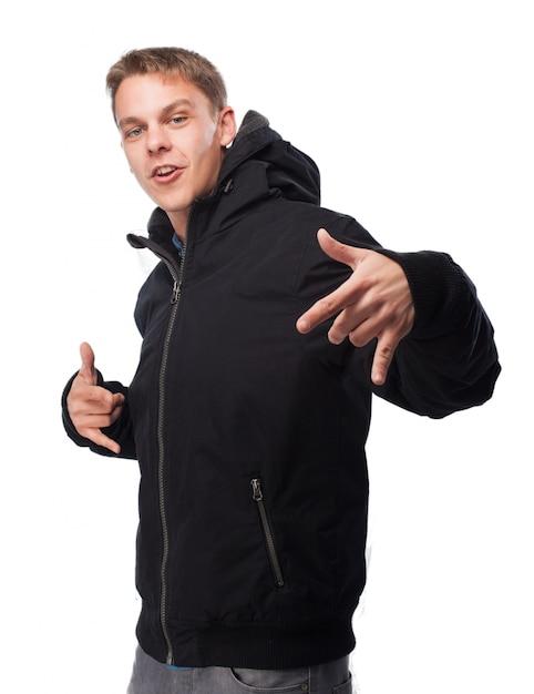 Mann im sweatshirt tanzen wie ein rapper Kostenlose Fotos
