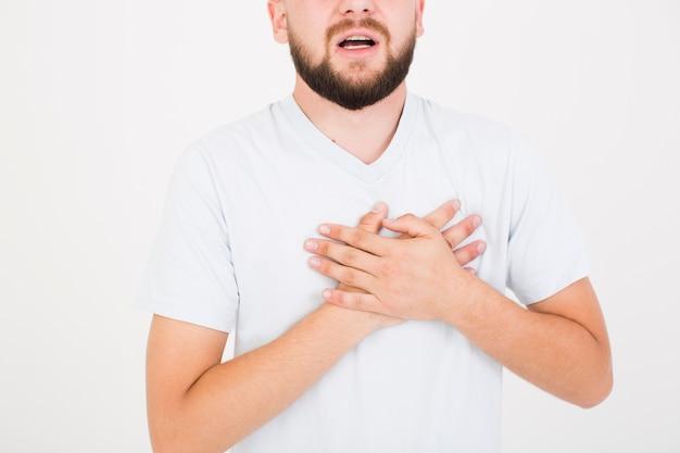 Mann im t-shirt, der herzschmerz anhebt Kostenlose Fotos