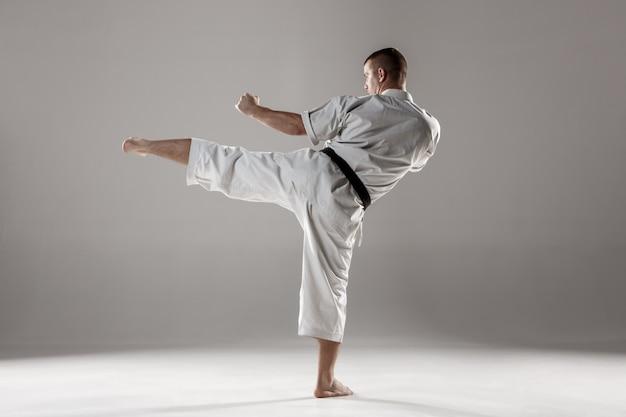 Mann im weißen kimonotrainingskarate Kostenlose Fotos