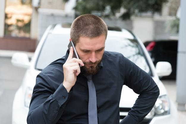 Mann in der nähe des autos am telefon sprechen Premium Fotos